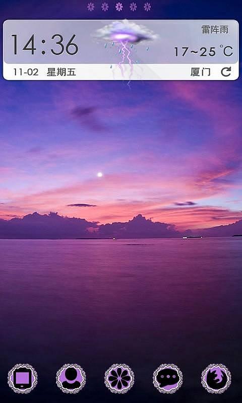 夕阳西下,晚霞映红了半边天,又 反射到江中,江水霎时变成了紫色!